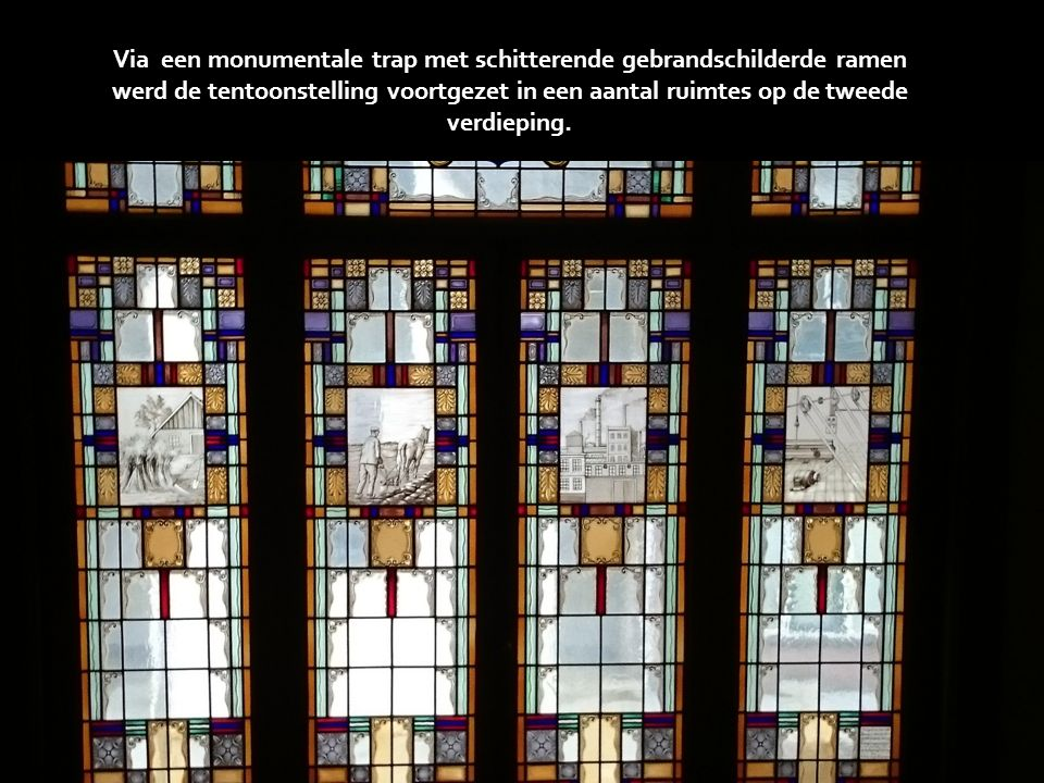 Via een monumentale trap met schitterende gebrandschilderde ramen werd de tentoonstelling voortgezet in een aantal ruimtes op de tweede verdieping.