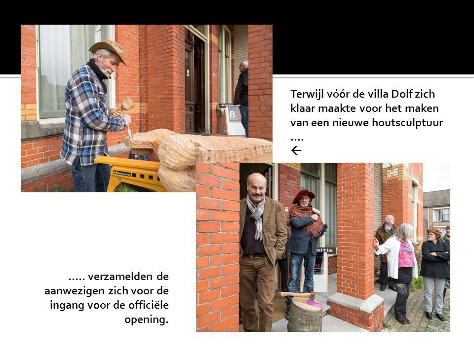 Terwijl vóór de villa Dolf zich klaar maakte voor het maken van een nieuwe houtsculptuur ….  ….. verzamelden de aanwezigen zich voor de ingang voor d