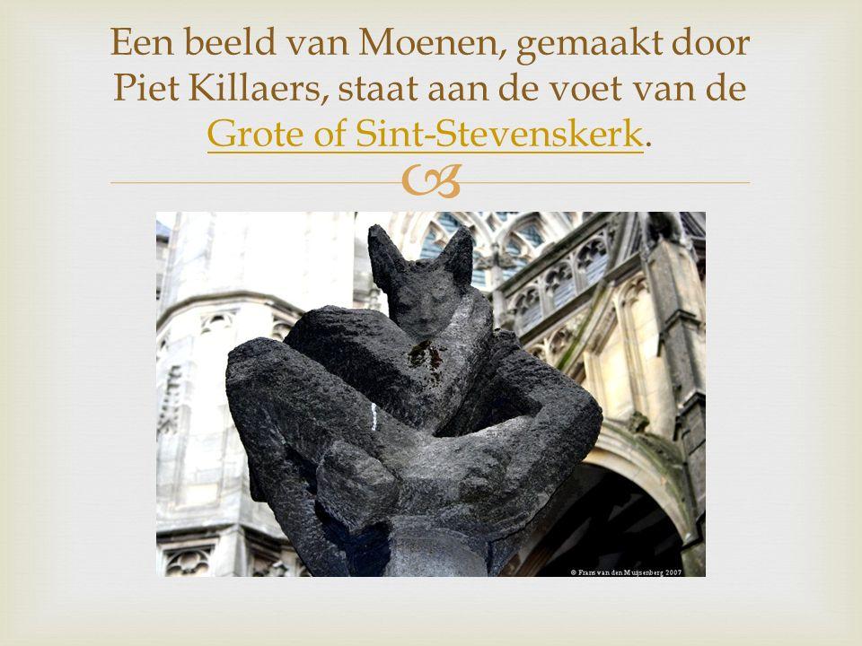  Een beeld van Moenen, gemaakt door Piet Killaers, staat aan de voet van de Grote of Sint-Stevenskerk.