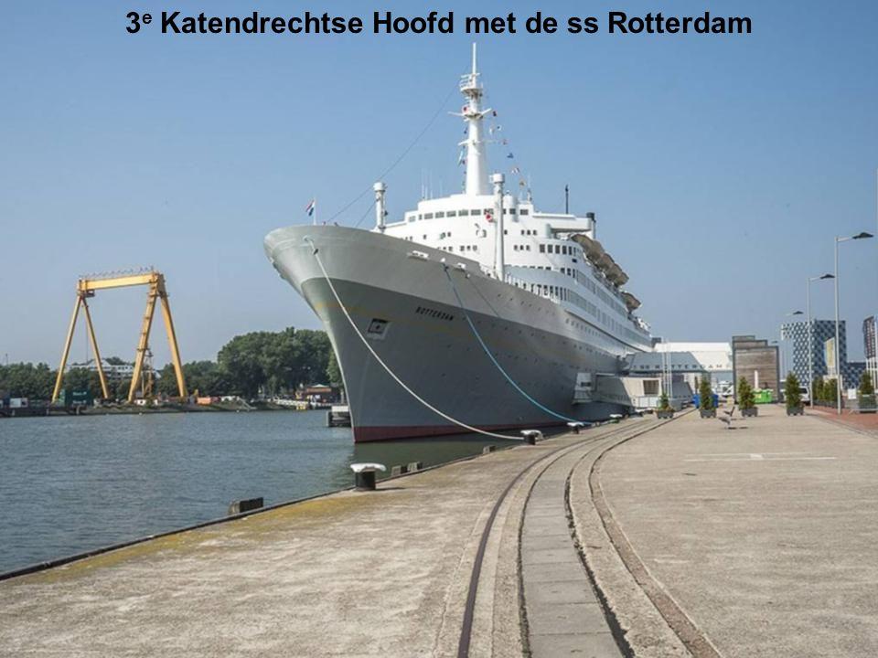 In het midden de Wilhelminapier en Rijnhaven gebouw De Rotterdam - Luxor theater en Erasmusbrug