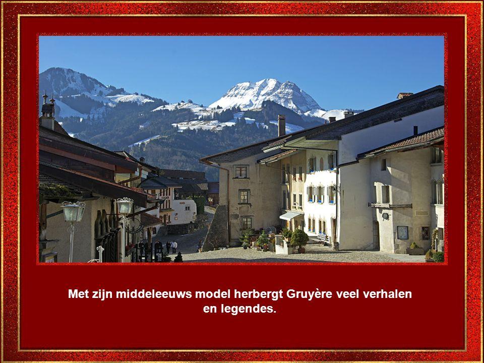 Door de ramen ziet men de Alpenlandschappen.