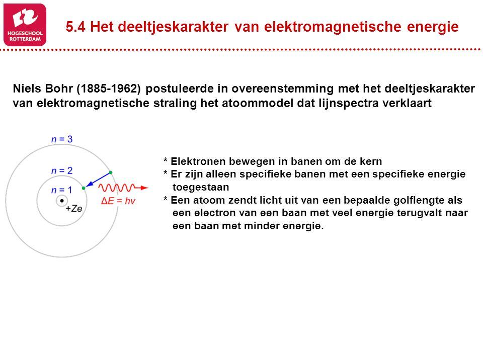 Niels Bohr (1885-1962) postuleerde in overeenstemming met het deeltjeskarakter van elektromagnetische straling het atoommodel dat lijnspectra verklaar