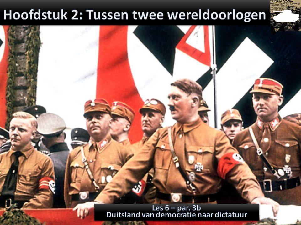 Na de Oorlog zocht Hitler een nieuw levensdoel en een wijze om zijn radicale ideeën te verspreiden Hij vond dit bij de DAP Hij vormde deze partij om tot de NSDAP Deze partij beloofde Duitsland weer sterk te maken [militair & economisch] weer één te maken [Heim ins Reich] te geven waar het recht op had > land & grondstoffen [Lebensraum] ruimte voor het superieure volk [Lebensraum] één leider (Der Führer); antidemocratisch desnoods geweld om het doel te bereiken [gezond] Aanpakken der Joden [antisemitisch] en socialisten/communisten Partijprogramma NSDAP 1920 (Activerende Opdracht)