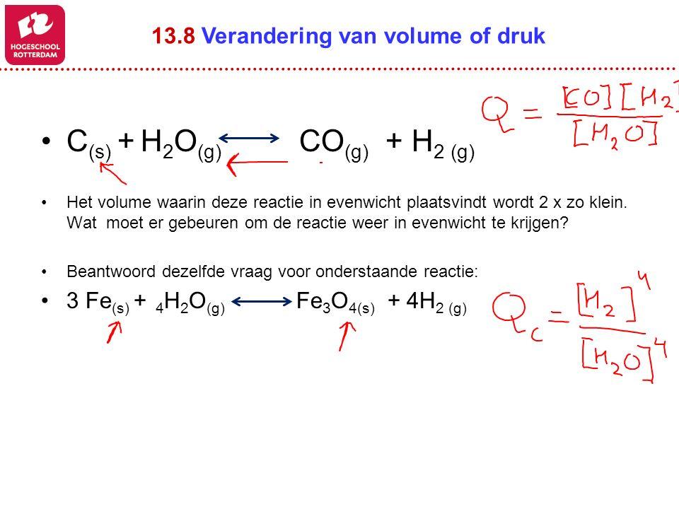 C (s) + H 2 O (g) CO (g) + H 2 (g) Het volume waarin deze reactie in evenwicht plaatsvindt wordt 2 x zo klein.