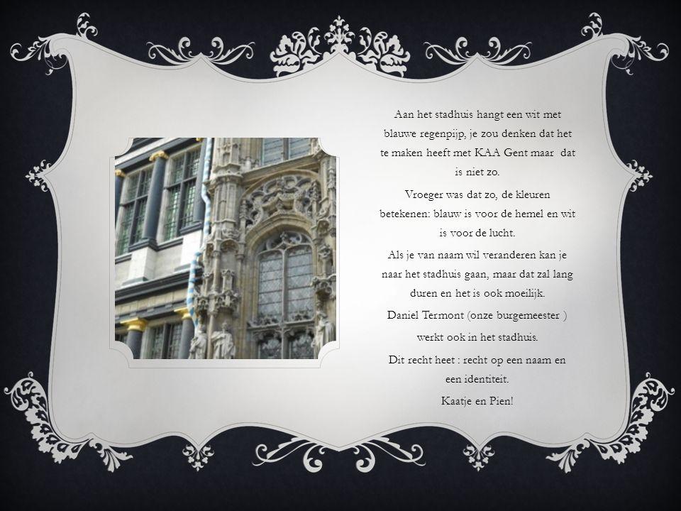 Aan het stadhuis hangt een wit met blauwe regenpijp, je zou denken dat het te maken heeft met KAA Gent maar dat is niet zo.