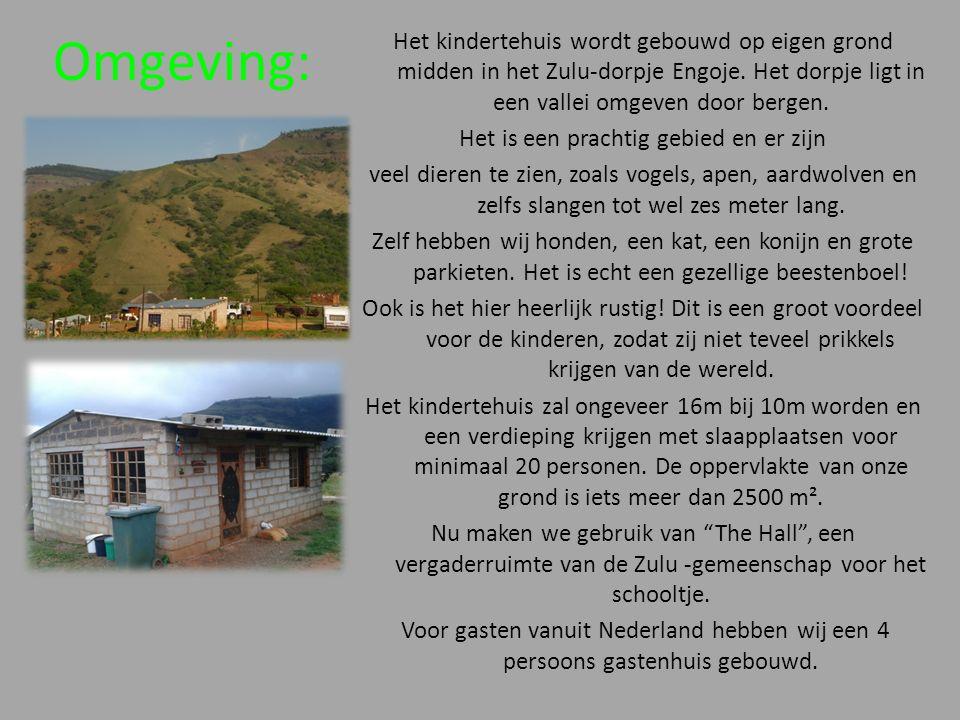 Omgeving: Het kindertehuis wordt gebouwd op eigen grond midden in het Zulu-dorpje Engoje. Het dorpje ligt in een vallei omgeven door bergen. Het is ee