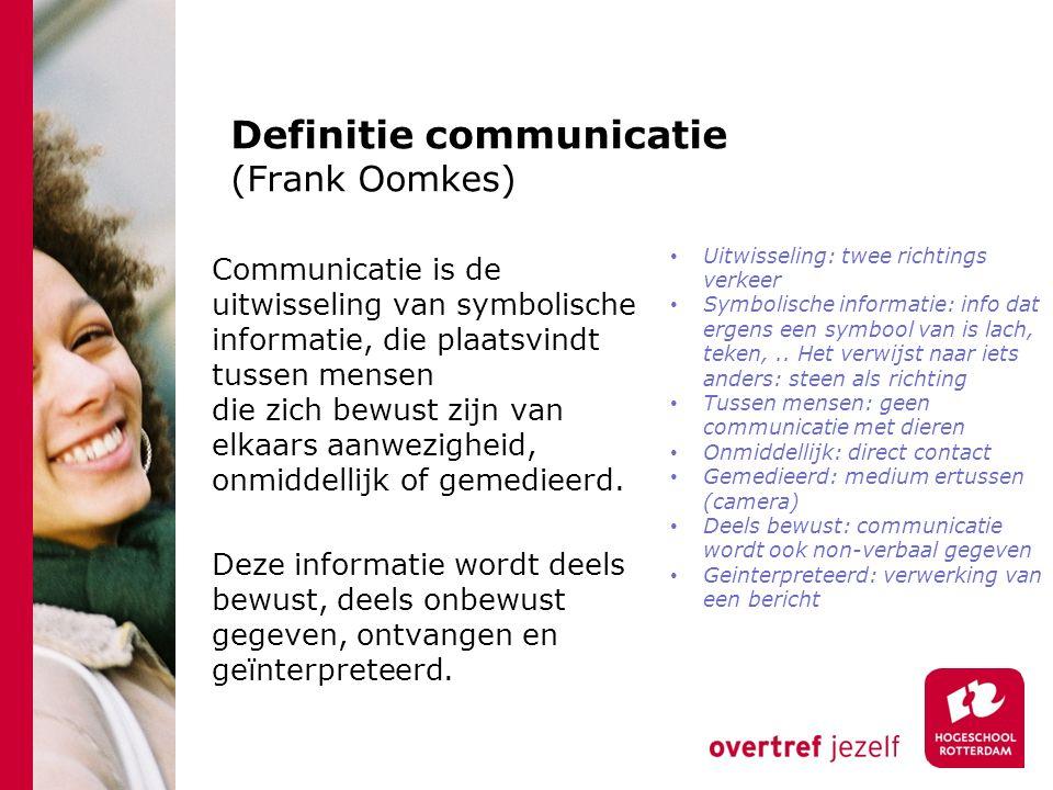 Definitie communicatie (Frank Oomkes) Communicatie is de uitwisseling van symbolische informatie, die plaatsvindt tussen mensen die zich bewust zijn van elkaars aanwezigheid, onmiddellijk of gemedieerd.