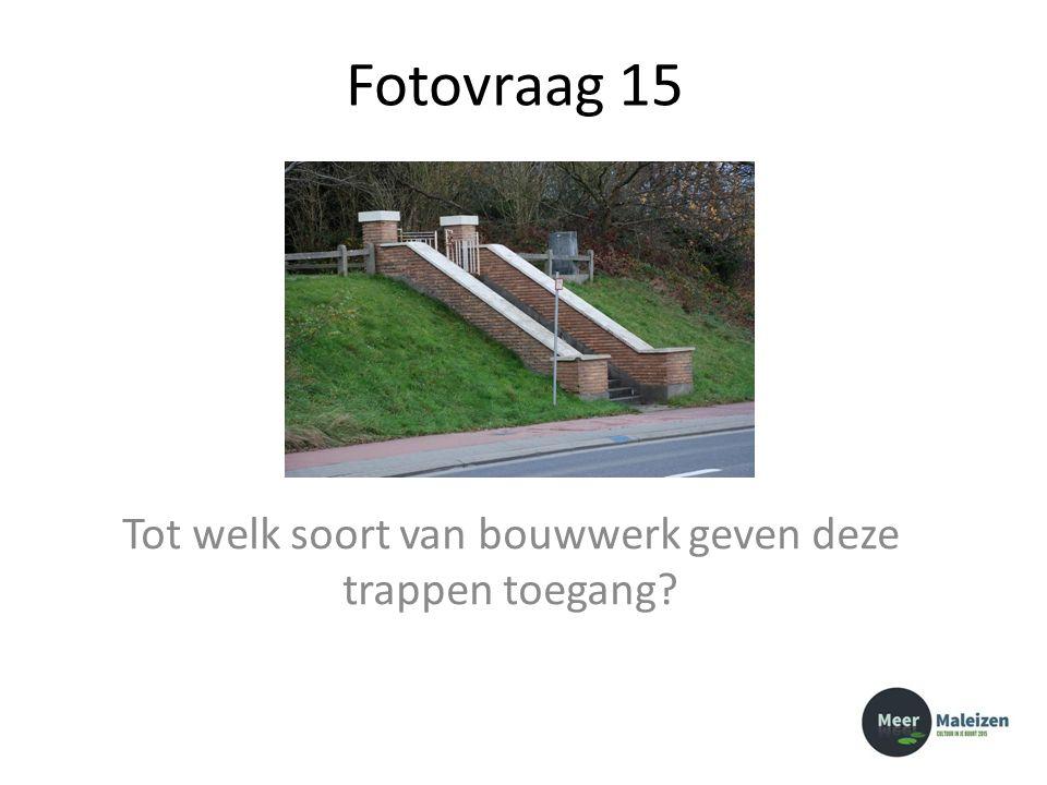 Fotovraag 15 Tot welk soort van bouwwerk geven deze trappen toegang?