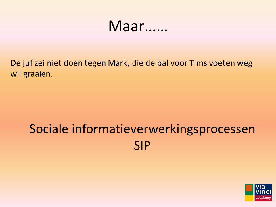 Maar…… De juf zei niet doen tegen Mark, die de bal voor Tims voeten weg wil graaien. Sociale informatieverwerkingsprocessen SIP