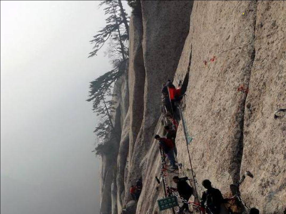 De berg is beroemd door zijn steile, schilderachtige rotswanden en zijn gevaarlijke beklimmingen.