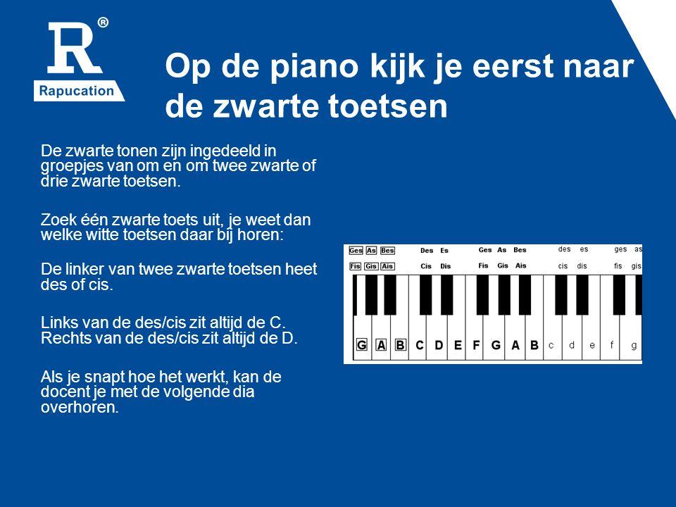 Op de piano kijk je eerst naar de zwarte toetsen De zwarte tonen zijn ingedeeld in groepjes van om en om twee zwarte of drie zwarte toetsen. Zoek één