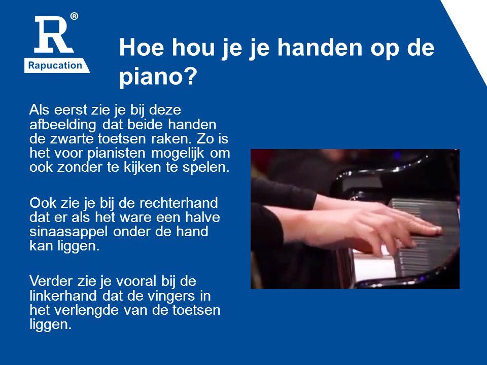 Hoe hou je je handen op de piano? Als eerst zie je bij deze afbeelding dat beide handen de zwarte toetsen raken. Zo is het voor pianisten mogelijk om