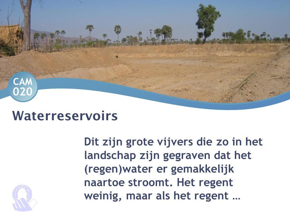 Waterreservoirs Dit zijn grote vijvers die zo in het landschap zijn gegraven dat het (regen)water er gemakkelijk naartoe stroomt. Het regent weinig, m