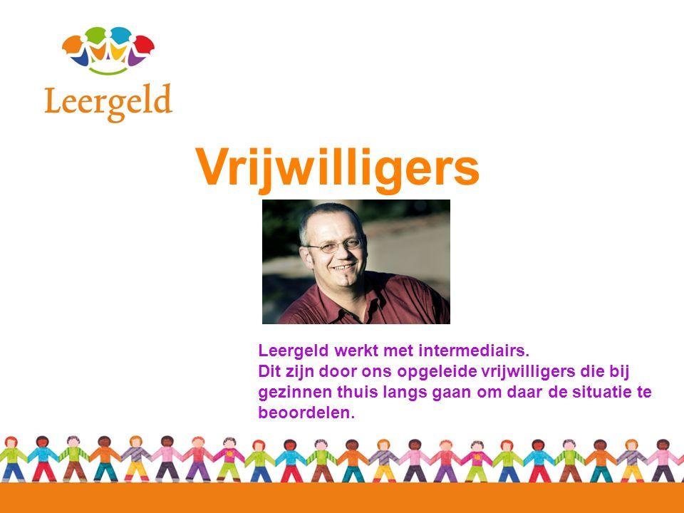 Vrijwilligers Leergeld werkt met intermediairs. Dit zijn door ons opgeleide vrijwilligers die bij gezinnen thuis langs gaan om daar de situatie te beo