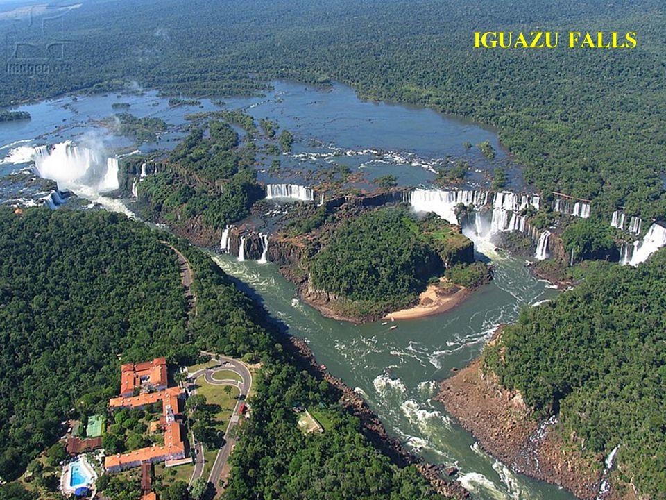 De reusachtige waterval op de rivier Iguazu omvat ongeveer 270 watervallen over een afstand van 2,7 kilometer. Sommige individuele watervallen zijn to
