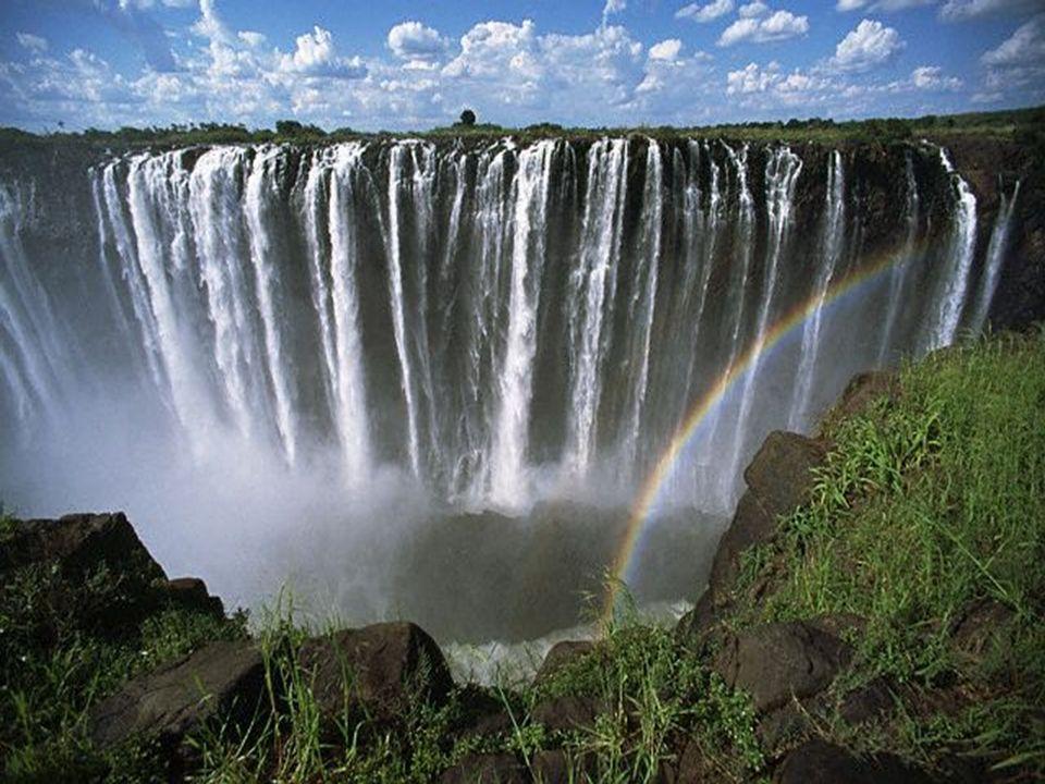 De VICTORIAWATERVALLEN zijn de breedste watervallen van Afrika. Zij vormen een watergordijn van 1708 meter breed en 100 meter hoog en hebben een maxim