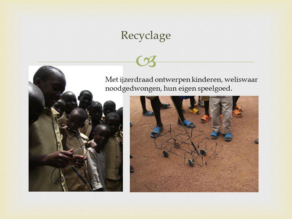  Met ijzerdraad ontwerpen kinderen, weliswaar noodgedwongen, hun eigen speelgoed. Recyclage