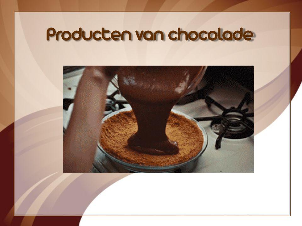 Ín de cacaomolen worden de bonen voeibaar. Er blijft boter en poeder over. Dat wordt samen met melkpoeder en suiker gemalen tot een zachte massa! Dan