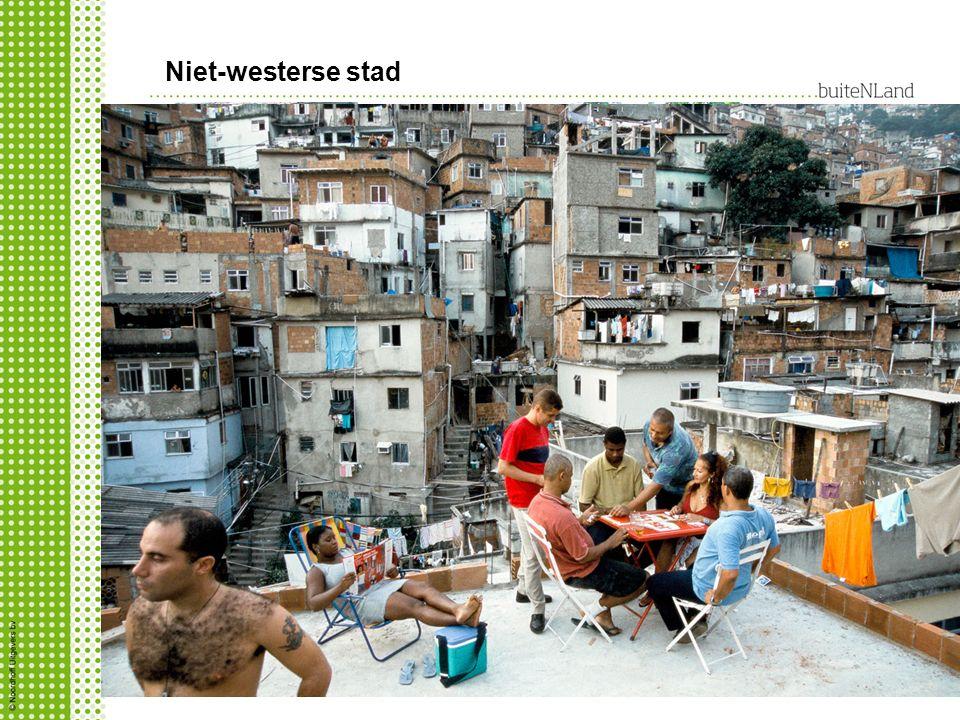 Niet-westerse stad volkswijken krottenwijk goedkoop, maar gevaarlijk: bij vliegveld, spoor en weg of water waarom daar.