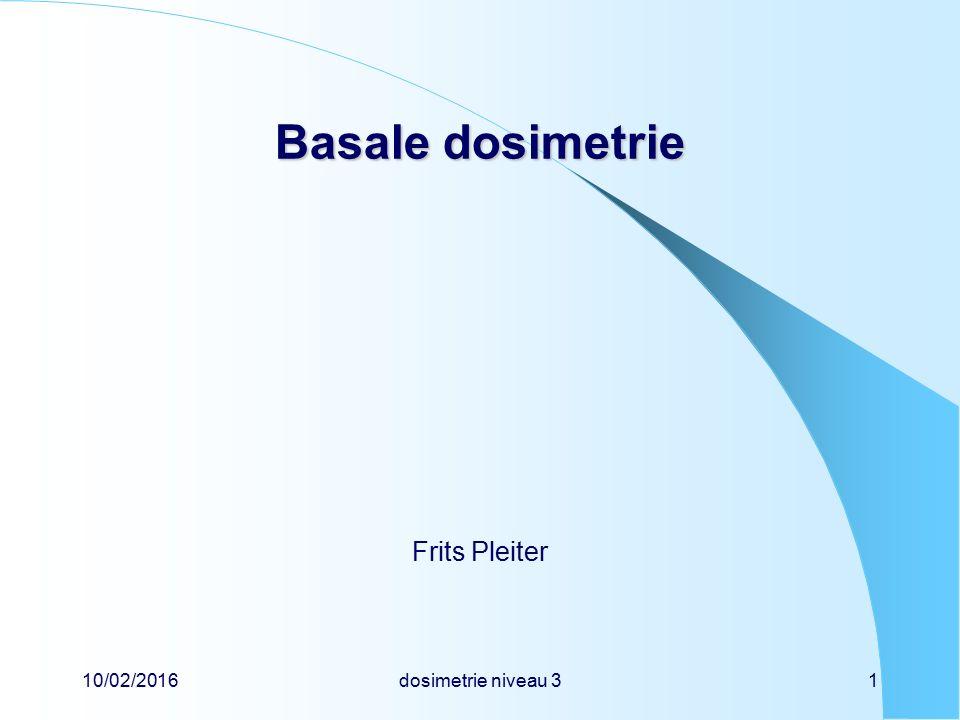 10/02/2016dosimetrie niveau 322 Basale dosimetrie Basale dosimetrie effectieve dosis definitie van effectieve dosis (E) gewogen som van equivalente orgaandoses E =  T w T  H T  T w T = 1 eenheid is de sievert voor de effectieve dosis is een wettelijke jaarlimiet vastgesteld definitie van sievert (Sv) 1 Sv = 1 J kg -1