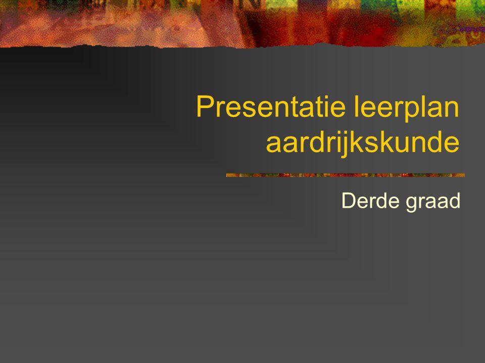 Volgorde van thema's in het graadleerplan Verantwoording verschuivingen Kosmografie (1ste jaar: november tot krokusvakantie) Is opsplitsbaar in 2 afzonderlijke delen (1: structuur van het heelal en het zonnestelsel 2: bewegingen van de aarde) Deel 1 voor de kerstvakantie Deel 2 januari tot krokusvakantie Geprogrammeerd in de donkerste periode van het jaar (ideaal voor waarnemingen) Draagkracht en mondiale verschuivingen (2de jaar: september tot kerstvakantie) Mogelijkheid tot samenwerking met geschiedenis voor projecten (vb.