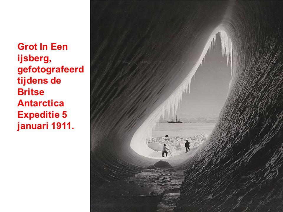 Grot In Een ijsberg, gefotografeerd tijdens de Britse Antarctica Expeditie 5 januari 1911.