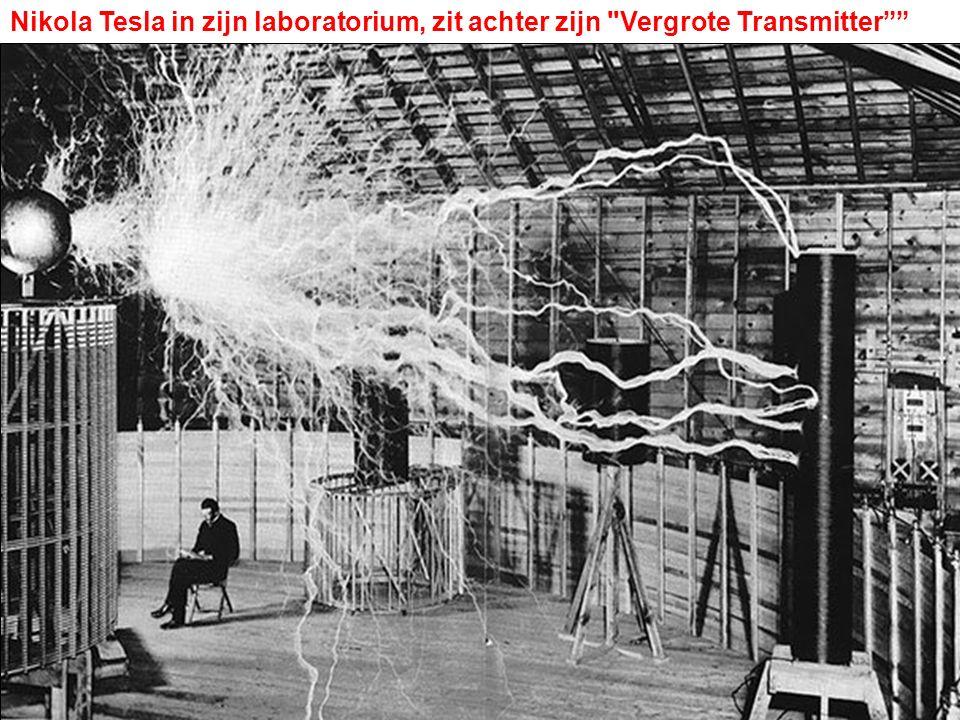 Nikola Tesla in zijn laboratorium, zit achter zijn