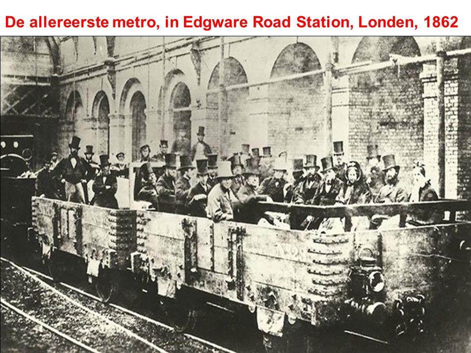 De allereerste metro, in Edgware Road Station, Londen, 1862