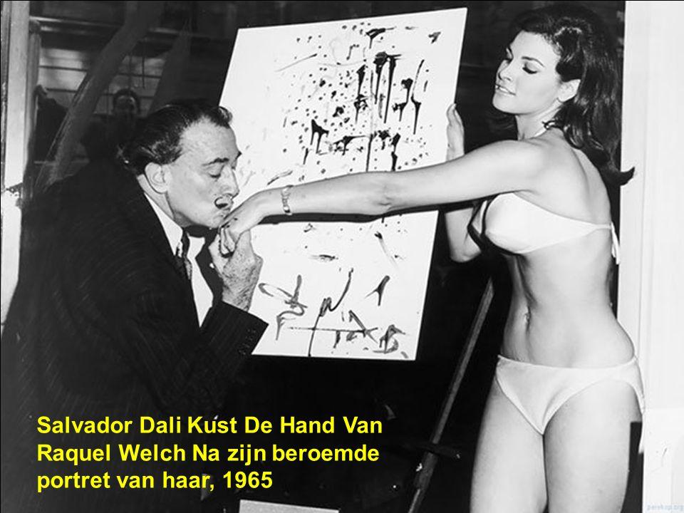 Salvador Dali Kust De Hand Van Raquel Welch Na zijn beroemde portret van haar, 1965