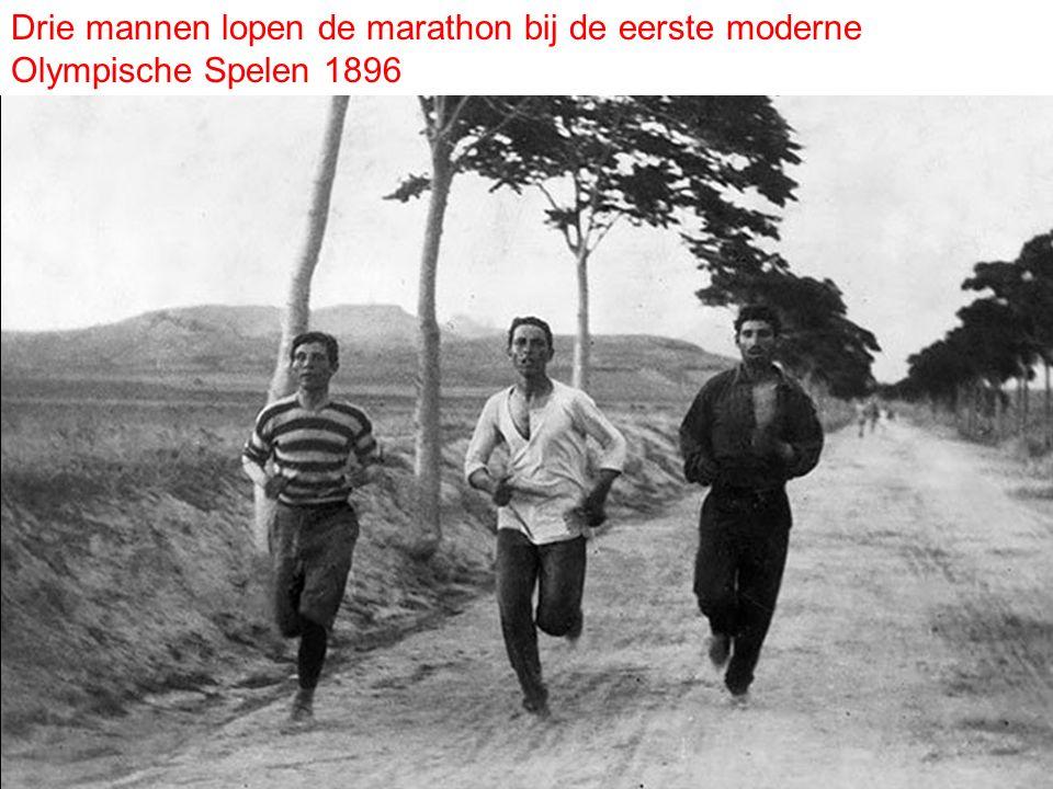 Drie mannen lopen de marathon bij de eerste moderne Olympische Spelen 1896