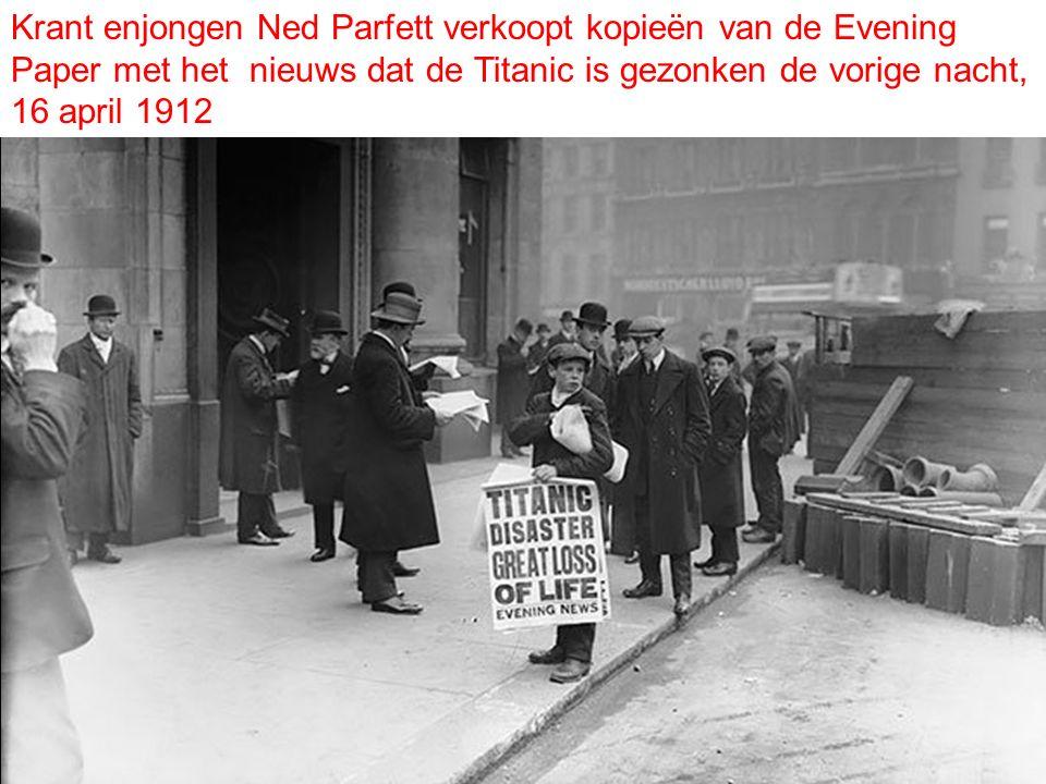 Krant enjongen Ned Parfett verkoopt kopieën van de Evening Paper met het nieuws dat de Titanic is gezonken de vorige nacht, 16 april 1912
