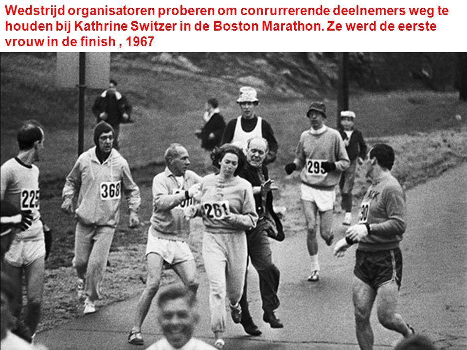 Wedstrijd organisatoren proberen om conrurrerende deelnemers weg te houden bij Kathrine Switzer in de Boston Marathon. Ze werd de eerste vrouw in de f