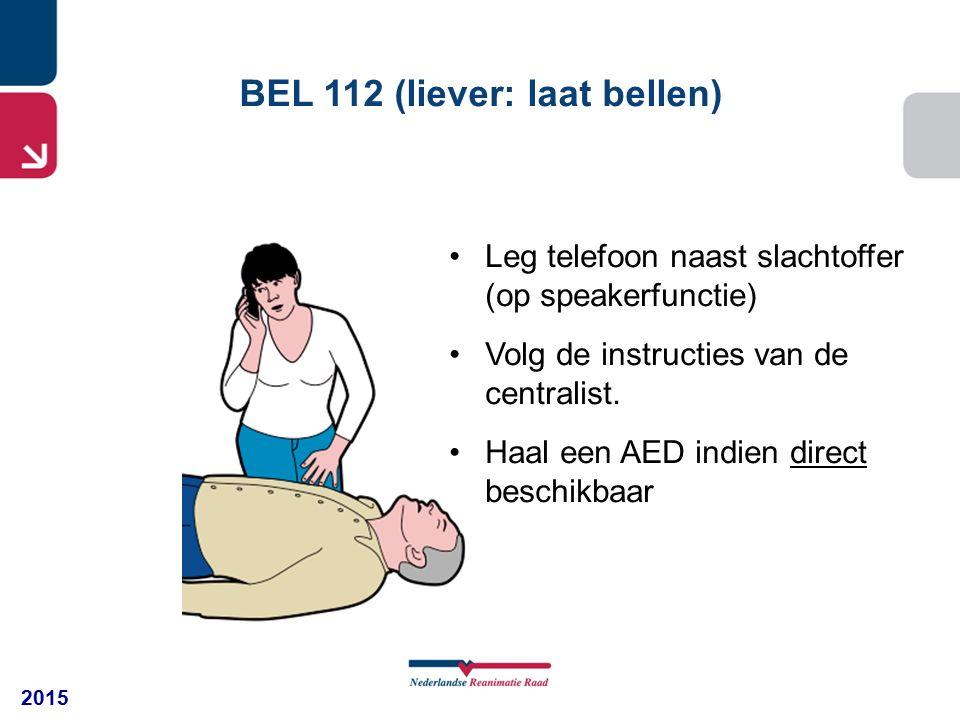 2015 BEL 112 (liever: laat bellen) Leg telefoon naast slachtoffer (op speakerfunctie) Volg de instructies van de centralist. Haal een AED indien direc