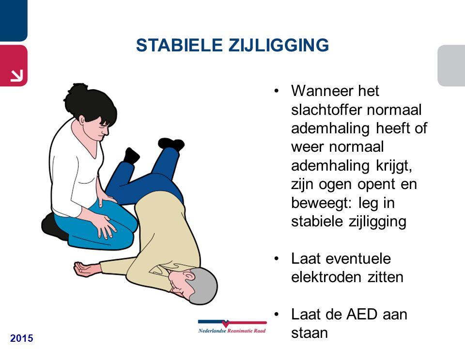 2015 STABIELE ZIJLIGGING Wanneer het slachtoffer normaal ademhaling heeft of weer normaal ademhaling krijgt, zijn ogen opent en beweegt: leg in stabiele zijligging Laat eventuele elektroden zitten Laat de AED aan staan