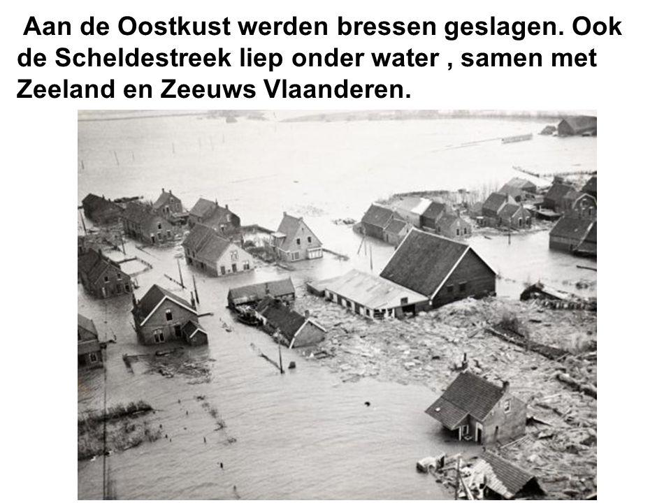 Op het kruispunt Vlamingstraat, Sint Jozefstraat waren de kasseien uitgespoeld.