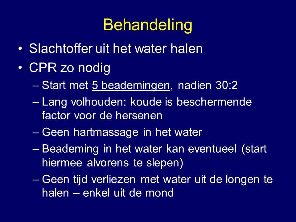 Behandeling Slachtoffer uit het water halen CPR zo nodig –Start met 5 beademingen, nadien 30:2 –Lang volhouden: koude is beschermende factor voor de hersenen –Geen hartmassage in het water –Beademing in het water kan eventueel (start hiermee alvorens te slepen) –Geen tijd verliezen met water uit de longen te halen – enkel uit de mond