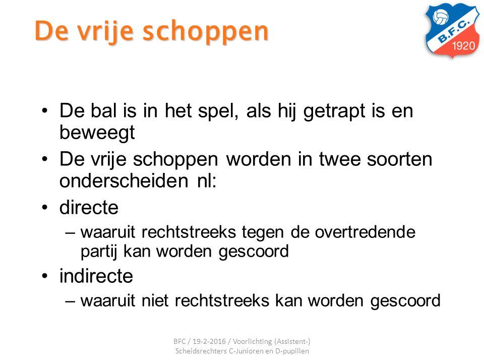 De vrije schoppen De bal is in het spel, als hij getrapt is en beweegt De vrije schoppen worden in twee soorten onderscheiden nl: directe –waaruit rec