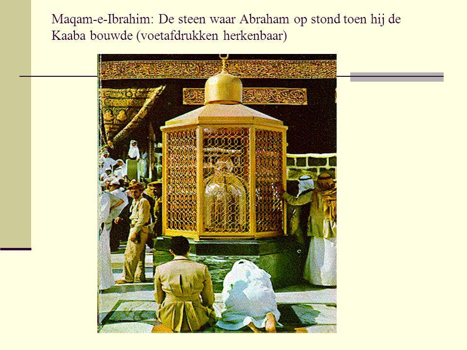 Maqam-e-Ibrahim: De steen waar Abraham op stond toen hij de Kaaba bouwde (voetafdrukken herkenbaar)