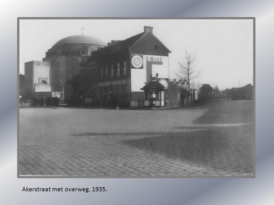 Akerstraat met overweg. 1935.