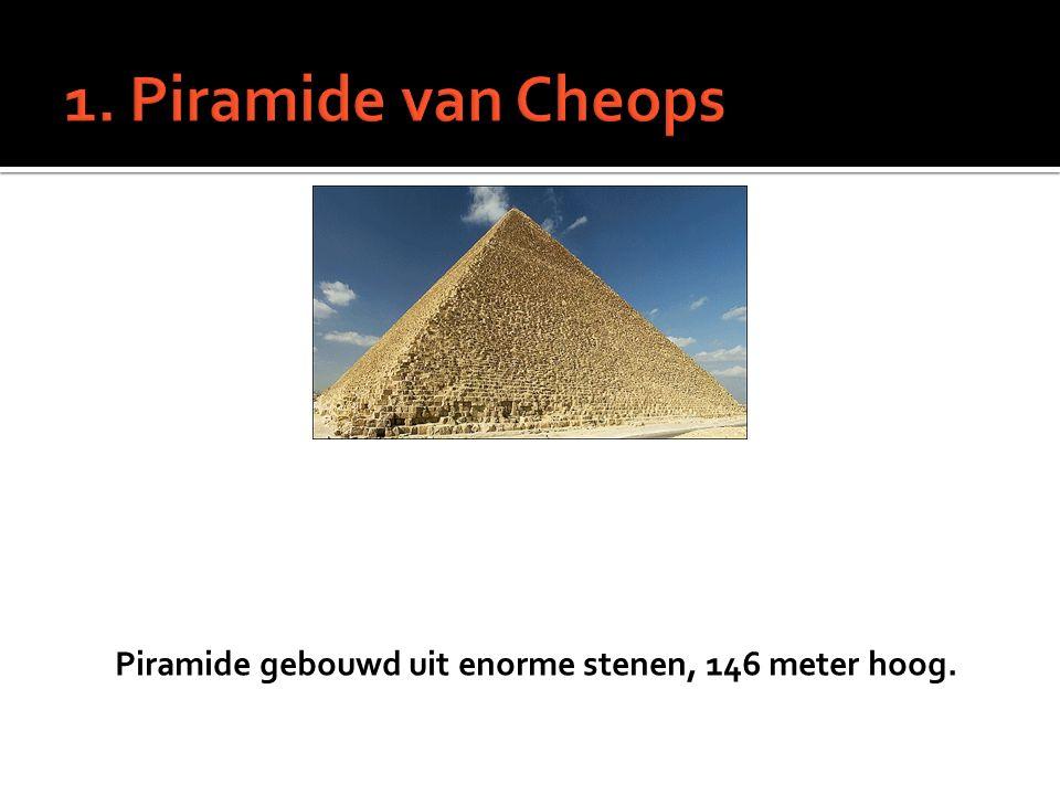 Piramide gebouwd uit enorme stenen, 146 meter hoog.