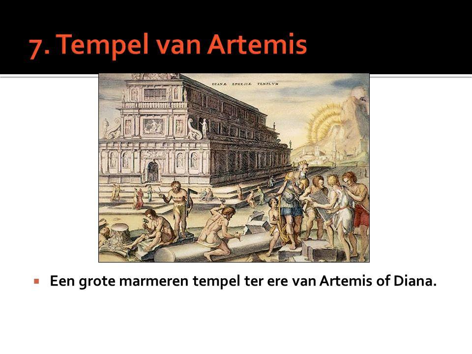  Een grote marmeren tempel ter ere van Artemis of Diana.