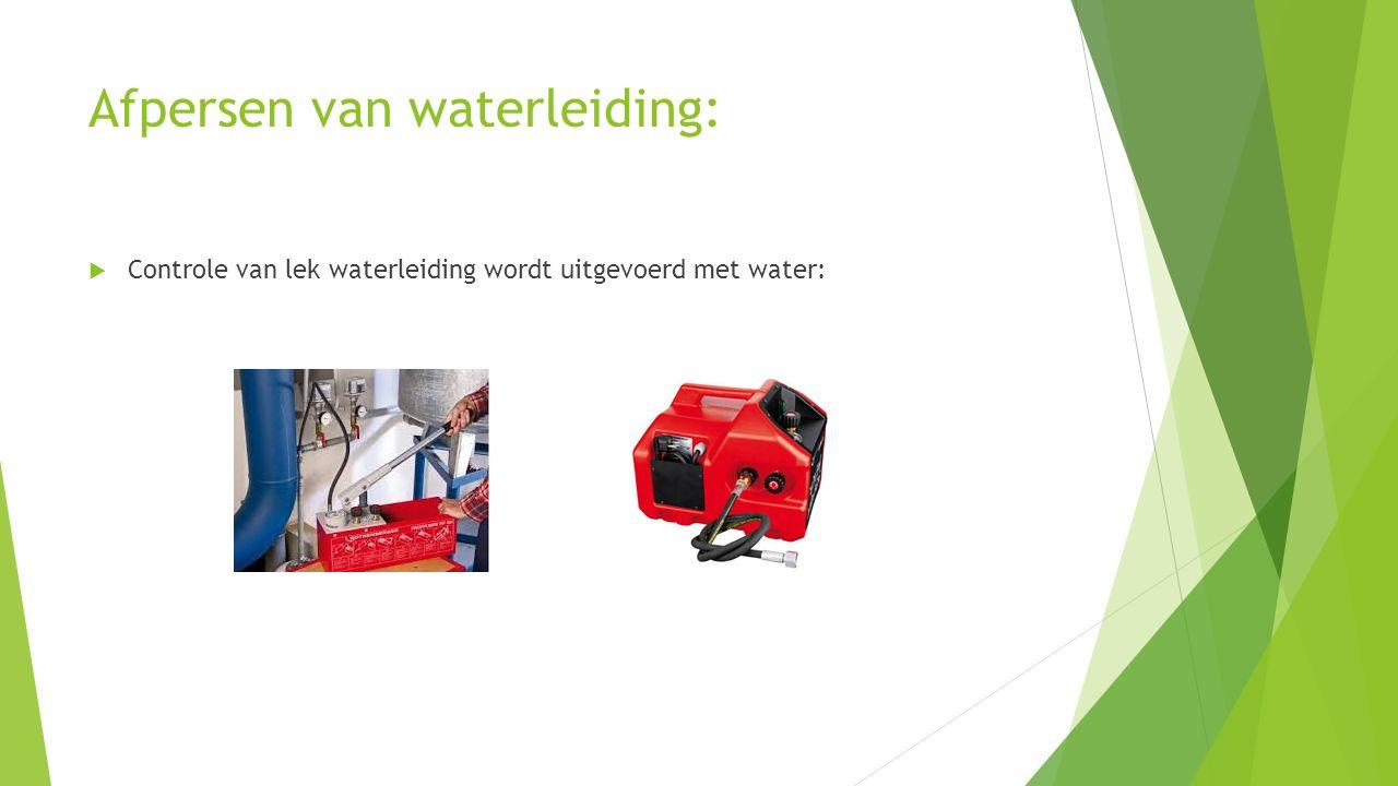 Afpersen van waterleiding:  Controle van lek waterleiding wordt uitgevoerd met water: