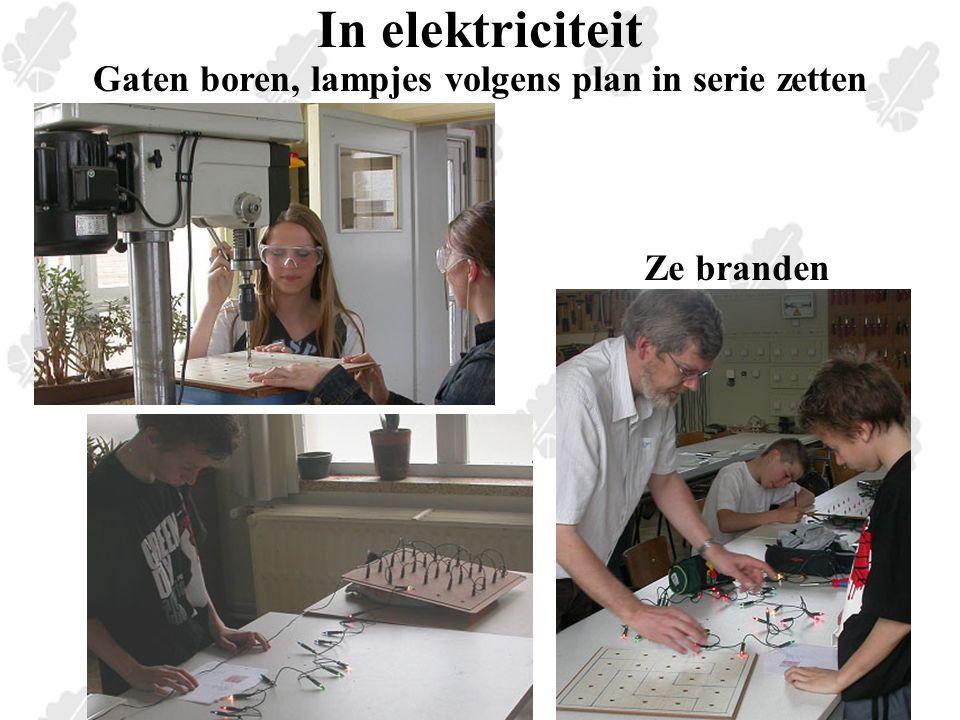 In elektriciteit Gaten boren, lampjes volgens plan in serie zetten Ze branden