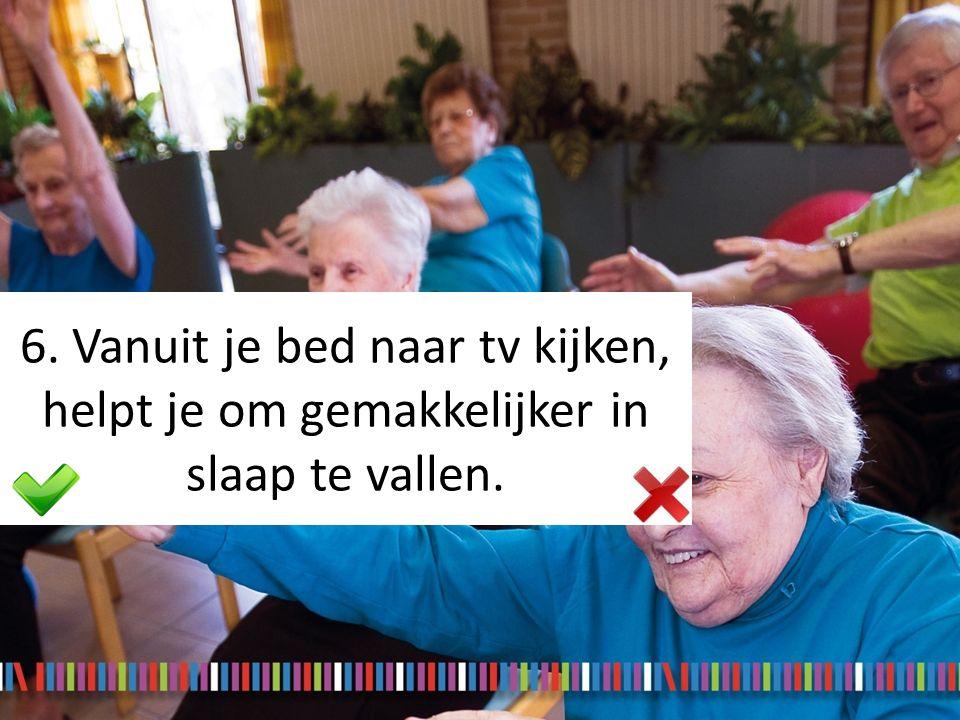 6. Vanuit je bed naar tv kijken, helpt je om gemakkelijker in slaap te vallen.