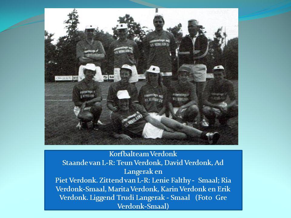 Korfbalteam Verdonk Staande van L-R: Teun Verdonk, David Verdonk, Ad Langerak en Piet Verdonk.