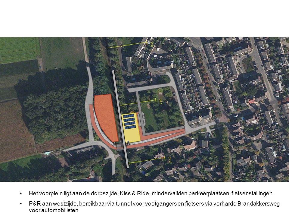 Het voorplein ligt aan de dorpszijde, Kiss & Ride, mindervaliden parkeerplaatsen, fietsenstallingen P&R aan westzijde, bereikbaar via tunnel voor voet