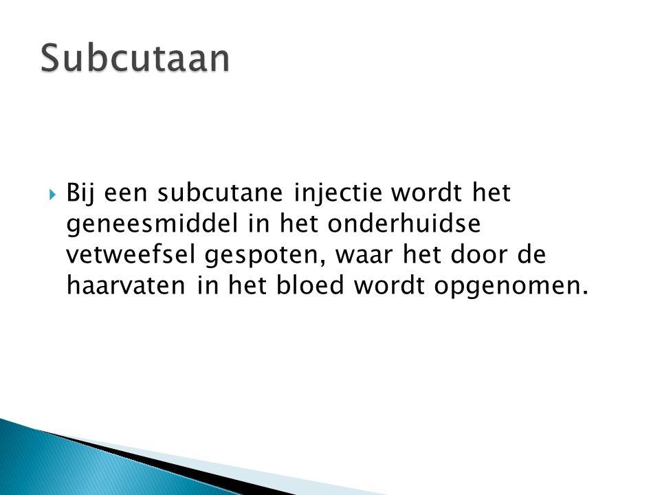  Bij een subcutane injectie wordt het geneesmiddel in het onderhuidse vetweefsel gespoten, waar het door de haarvaten in het bloed wordt opgenomen.