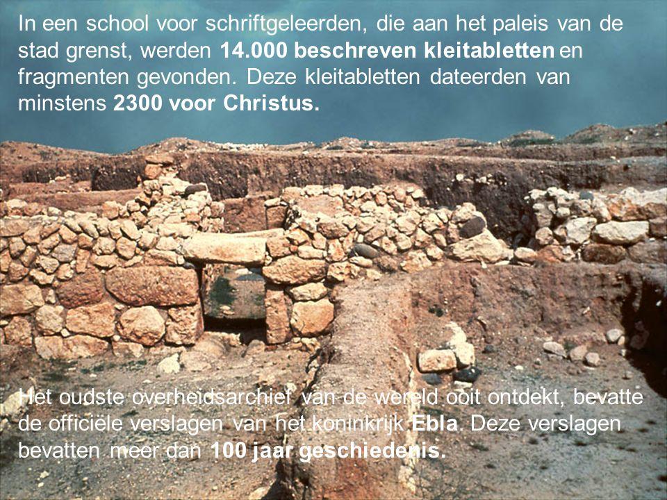 In een school voor schriftgeleerden, die aan het paleis van de stad grenst, werden 14.000 beschreven kleitabletten en fragmenten gevonden.