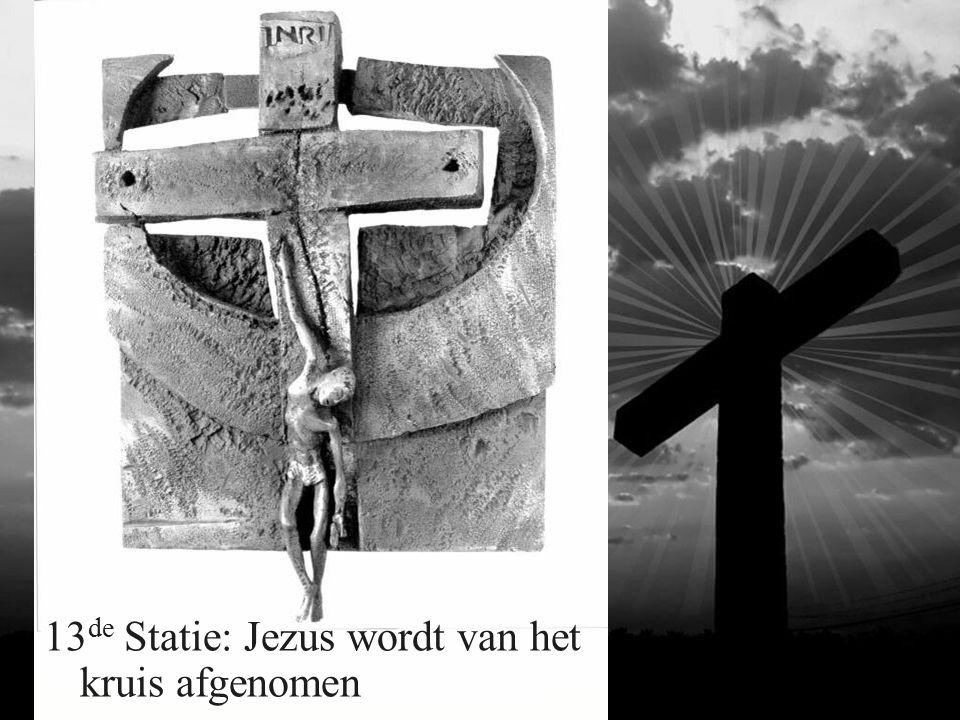 13 de Statie: Jezus wordt van het kruis afgenomen