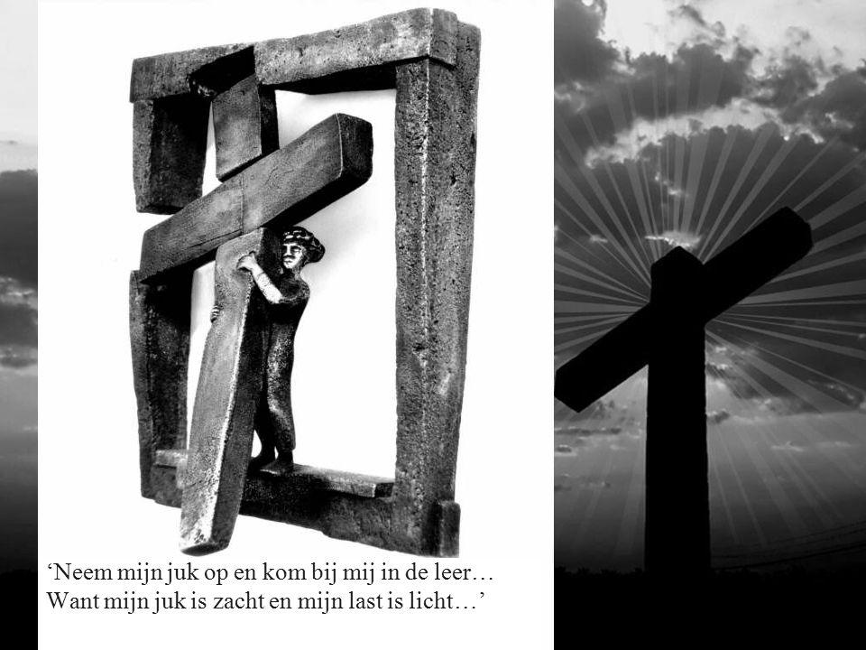 3 de Statie: Jezus valt voor de eerste maal onder zijn kruis.